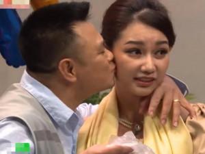 """Quỳnh Chi """"đứng hình"""" khi bị Tự Long hôn bất ngờ"""