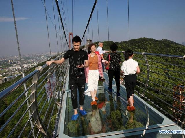 Chân run lẩy bẩy đi trên cầu kính Giang Âm dài hơn 500m tại Giang Tô, Trung Quốc