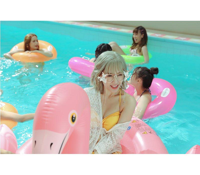 Được biết, đây là lần đầu tiên trong sự nghiệp ca hát Hari Won diện bikini khoe vòng 1 để lên hình cho sản phẩm âm nhạc của bản thân.
