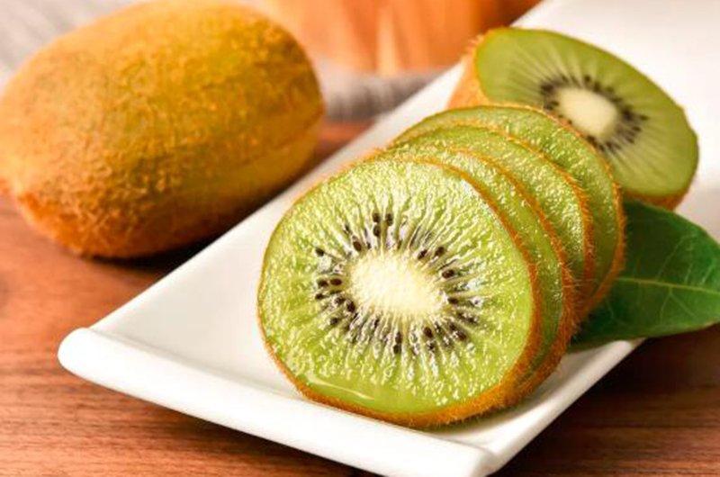 Mùa hè, nước của cơ thể bốc hơi nhanh hơn, môi dễ bị khô, nứt nẻ và quả kiwi chứa rất nhiều vitamin có thể ngăn ngừa môi nứt nẻ.