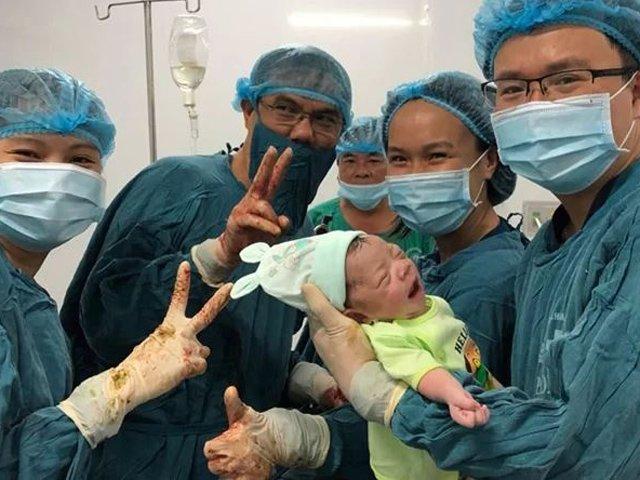 Bác sĩ tươi cười chụp ảnh cùng bé sơ sinh, câu chuyện phía sau càng khiến dân mạng xúc động