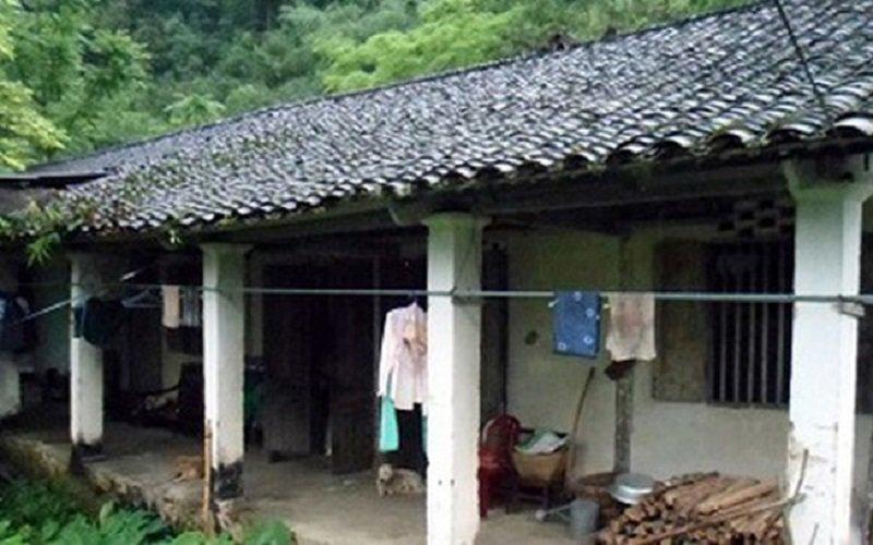 Xuất thân từ gia đình làm nông, cuộc sống của Hoa hậu các Dân tộc Việt Nam 2011 không mấy khá giả. Gia đình cô sống trong căn nhà cấp 4 cũ kĩ, vật dụng trong nhà đều đơn sơ, mộc mạc.