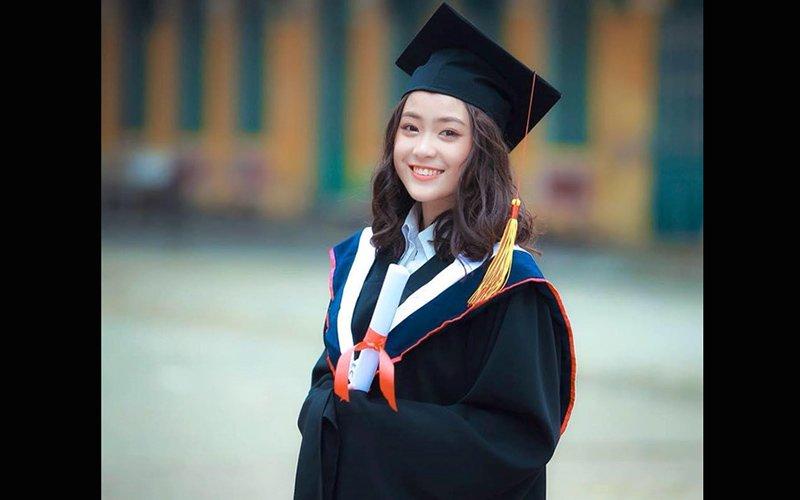 Nụ cười tươi như ánh nắng, vẻ đẹp trong trẻo của cô nàngNguyễn Mỹ Huyền (19 tuổi) khiến nhiều người chú ý và ưu ái gọi cô là nữ thần học đường. Hình ảnh cô diện áo dài, đồ tốt nghiệp nhanh chóng phủ sóng mạng xã hội tại lễ bế giảng.