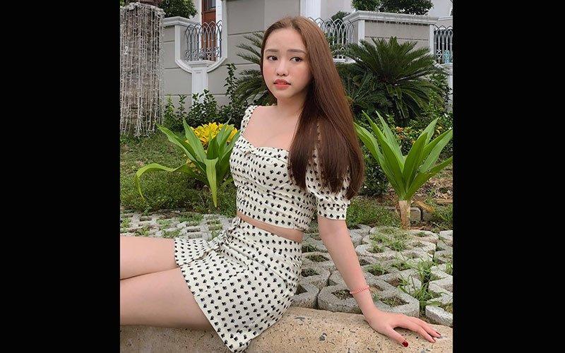 Thuý Vi là một trong những hot girl tai tiếng nhất nhì mạng xã hội Việt, cô nàng không chỉ gây ồn ào về chuyện tình cảm mà ngoại hình, phong cách thời trang cũng được cho là phản cảm so với nhiều mỹ nhân khác.