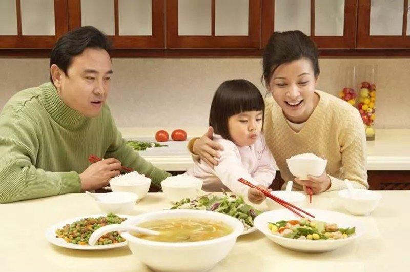 Ngoài ra vừa ăn vừa xem tivi cũng khiến bạn dễ béo phì. Thay vì xem tivi, mọi người có thể trò chuyện một chút khi ăn vừa tăng tình cảm gia đình lại giúp bạn kiểm soát được việc ăn uống.