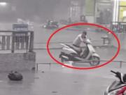Tin tức - Giữa trận mưa dông lớn ở Hà Nội, xuất hiện một hình ảnh khiến mọi người không ngừng tán thưởng
