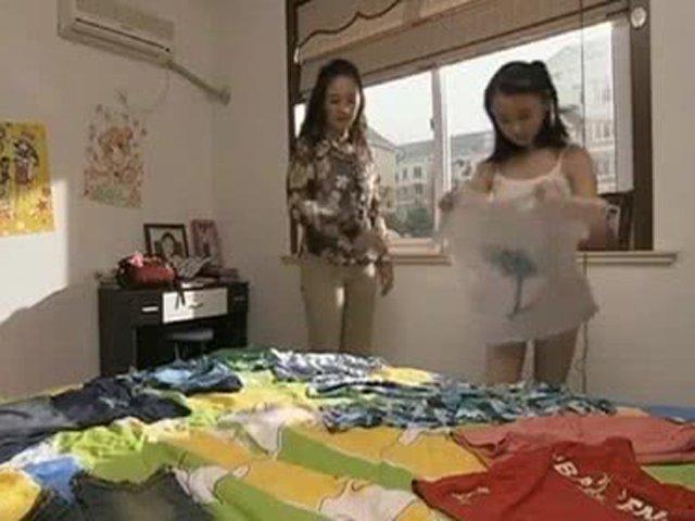 Con gái luôn khóa kín cửa lúc thay quần áo, mẹ lén nhìn thì bật khóc trước cảnh tượng ấy
