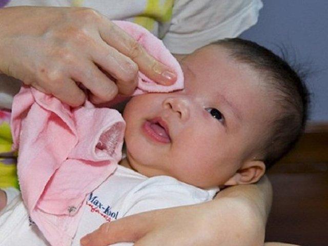 Trẻ sơ sinh bị đau mắt phải chữa trị tại nhà như thế nào?