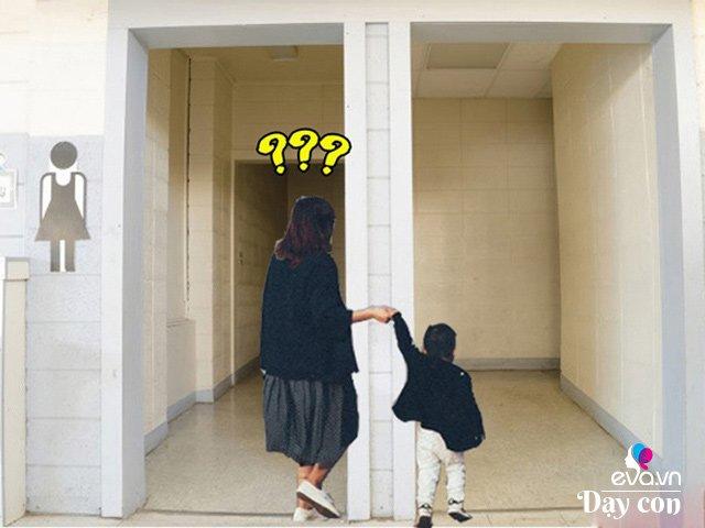 Mẹ dắt con vào nhà vệ sinh nhưng bé nhất định không đi, nói 1 câu khiến mẹ đứng hình