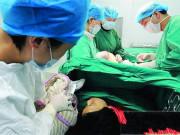 """Đang khâu vá """"bên dưới"""" cho sản phụ sau sinh, bác sĩ giật mình bởi tiếng hét: """"Đừng khâu vội!"""""""