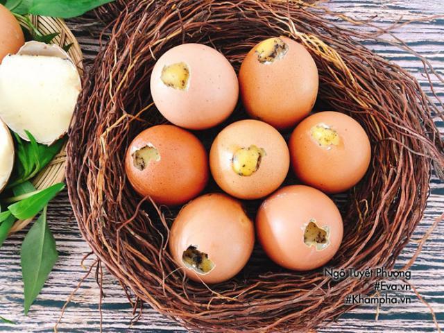 Chán luộc, đem trứng gà nướng lên thơm nức mũi, cả nhà ăn 1 lại muốn ăn 2