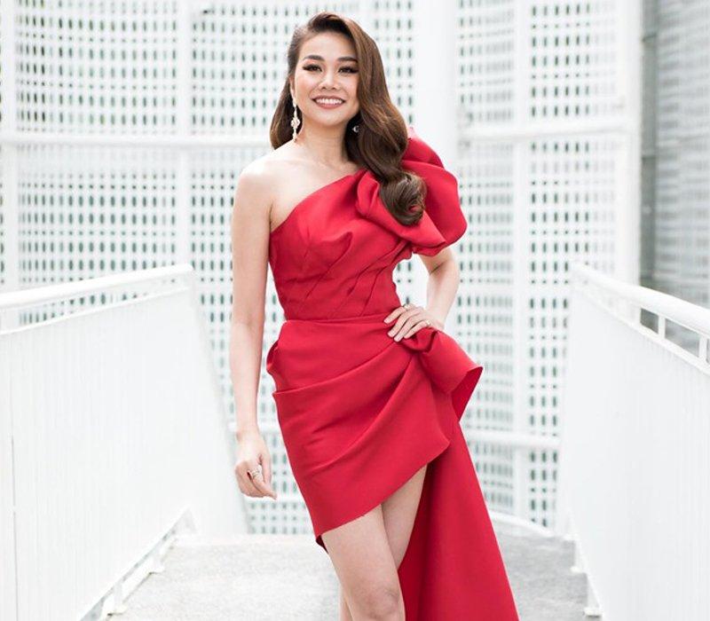 """Đảm nhận vai trò giám khảo tại cuộc thi năm nay, Thanh Hằng cũng không hề thua kém bất kì thí sinh nào trong khoản """"lên đồ"""". Chân dài chọn cho mình bộ váy đỏ mang phom dáng bất đối xứng."""