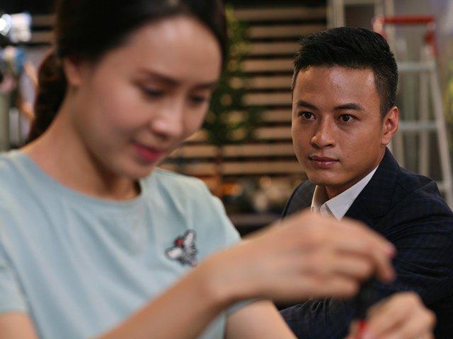 Hồng Đăng nhìn Hồng Diễm say đắm trên phim trường Hoa Hồng Trên Ngực Trái, khiến khán giả trầm trồ
