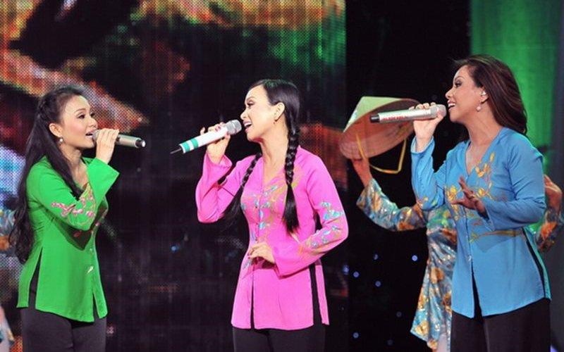 Cẩm Ly – Minh Tuyết – Hà Phương là 3 chị em gái sinh ra trong một gia đình làm nghệ thuật. Cả 3 chị em đều được thừa hưởng dòng máu yêu ca hát từ gia đình và được nuôi dưỡng niềm đam mê từ nhỏ.