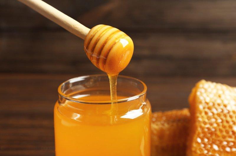 Có thể bạn không biết, nhưng mật ong chứa rất nhiều độc tố.Sau khi được thu thập, mật ong phải trải qua quá trình thanh trùng để loại bỏ các độc tố này.Ăn mật ong chưa tiệt trùng có thể rất nguy hiểm cho sức khỏe.