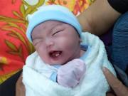 Em bé Bình Phước chào đời, bác sĩ nhìn vào miệng liền thốt lên đầy ngạc nhiên
