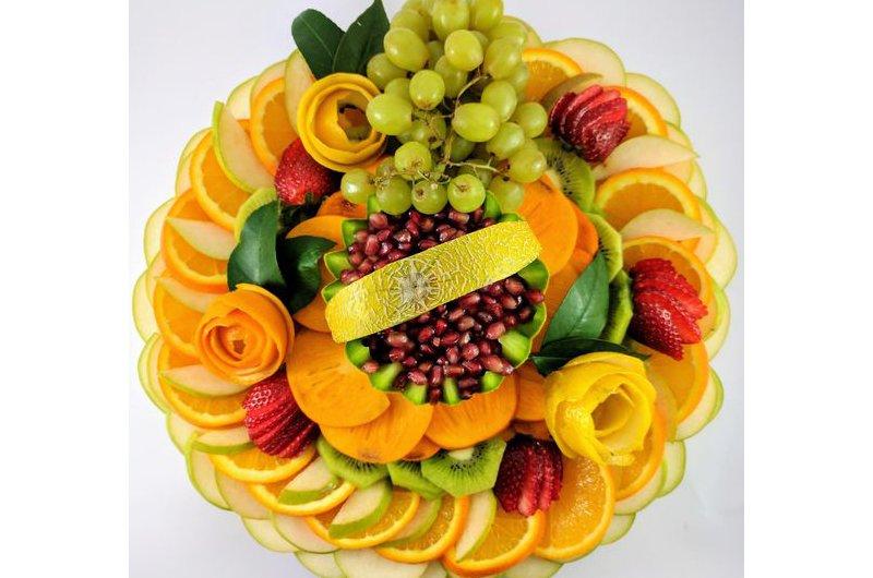 Để bày thành một mâm hoa quả như thế này, bạn sẽ phải chuẩn bị các loại quả như táo, cam, kiwi, nho xanh, dâu tây, lựu.... Sau đó cắt lát các loại quả này (trừ nho) và xếp chồng, xen kẽ cam, táo lên nhau từng lớp như dưới hình sao cho đẹp mắt.