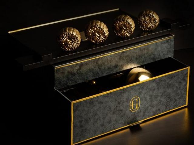Cận cảnh mở hộp bánh Trung thu hơn 10 triệu đồng: Bên trong có gì mà giá hư cấu vậy?