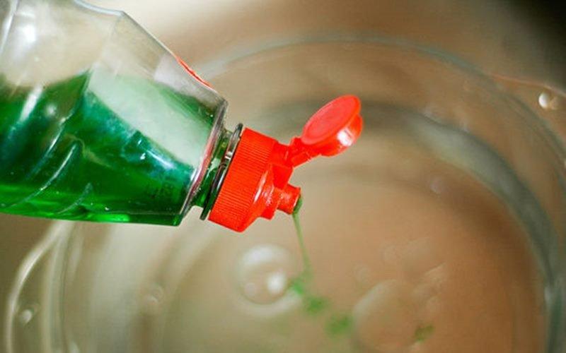 Việc này có thể khiến hóa chất từ nước rửa chén sót lại trên bề mặt chén, đĩa, dụng cụ nấu bếp, không thể sạch hết mặc dù được tráng lại nhiều lần.