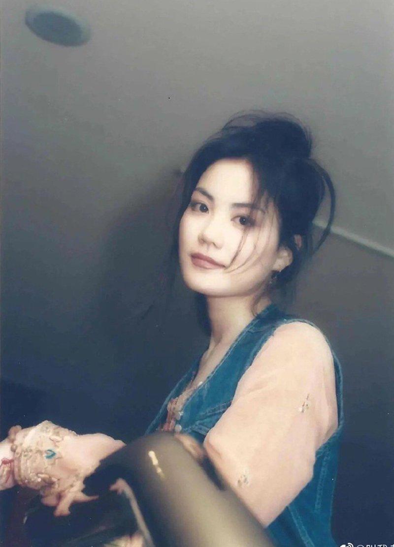 Không phải tự dưng người ta ví Vương Phi chính là Thiên hậu làng nhạc bởi cô sở hữu tài năng và nhan sắc không hề trộn lẫn.