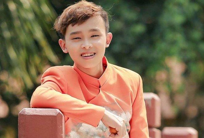 4 năm được nhận nuôi, Hồ Văn Cường vừa đi hát vừa chạy bàn, nói về Phi Nhung thế này!
