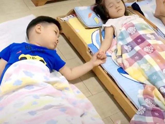 Cô gửi ảnh congái ngủ trưa ở trường,nhìn hành động bé trai mà mẹ sôi máu