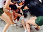 """Tin tức - Tin tức 24h: Con gái đánh ghen hộ mẹ, ném mắm tôm lên """"tiểu tam"""" và cái kết không ngờ"""