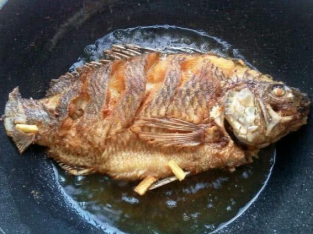 Dù là rán loại cá nào, đừng quên bước này cá luôn vàng giòn, không rách da, sát chảo