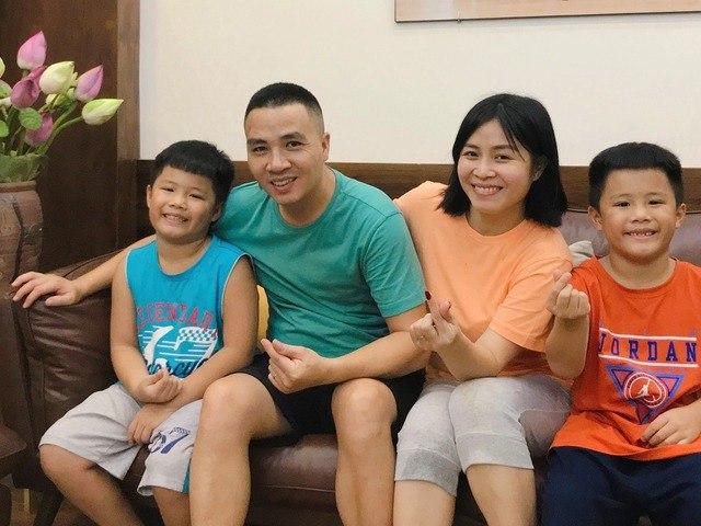 5 năm chung sống, không ngờ, chồng mới MC Hoàng Linh vẫn không xưng bố với con riêng của vợ