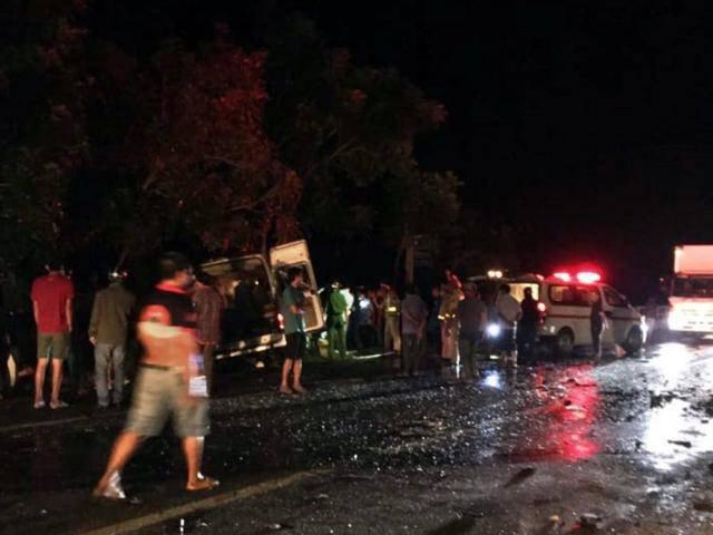 8 người chết thảm, 7 người bị thương sau va chạm kinh hoàng giữa xe khách và xe tải