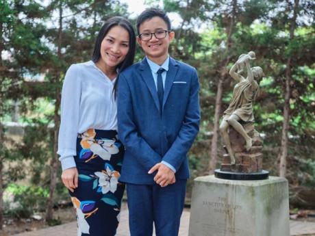 Sao Việt 24h: Con trai Hồng Ngọc lớn nhanh, 14 tuổi đã rất lịch lãm, cao hơn cả mẹ