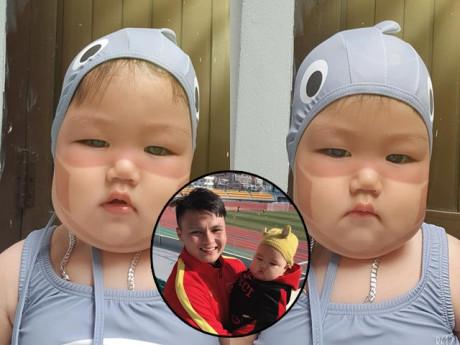 Nhóc tì gây cười với khẩu trang có 1-0-2, hóa ra là cậu bé họ Park được Quang Hải bế