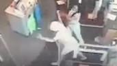 Bị xô ngã gãy xương vì nhắc người khác đeo khẩu trang