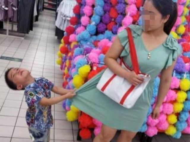 Con nằng nặc đòi mua đồ chơi, người mẹ nói 1 câu, chủ cửa hàng phải vỗ tay khen