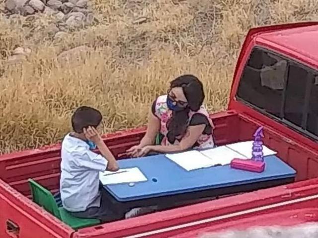 Cô giáo dạy nam sinh học trên thùng xe tải và câu chuyện xúc động về buổi học đặc biệt