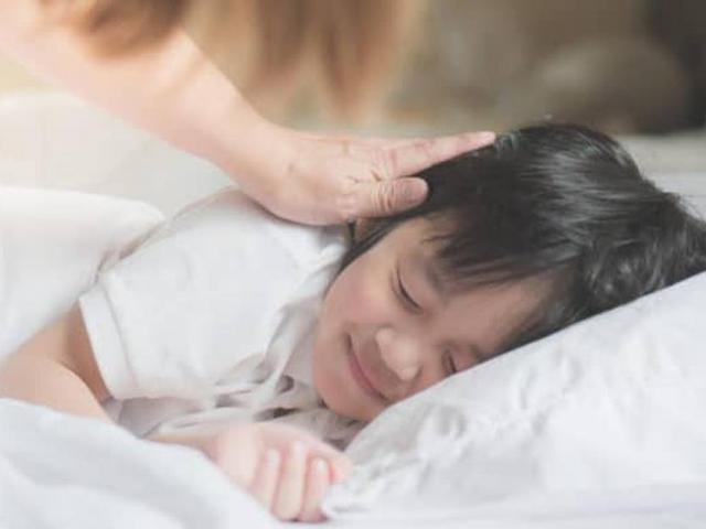 Con 5 tuổi ngủ riêng, sáng khóc nói đêm nào cũng có ai trong phòng, xem camera mẹ bật khóc