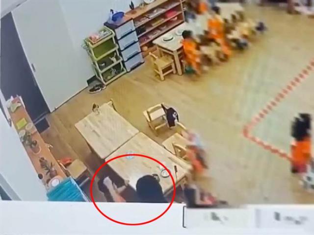 Vô tình kiểm tra camera lớp mẫu giáo của con trai, người mẹ phát hiện điều đáng sợ