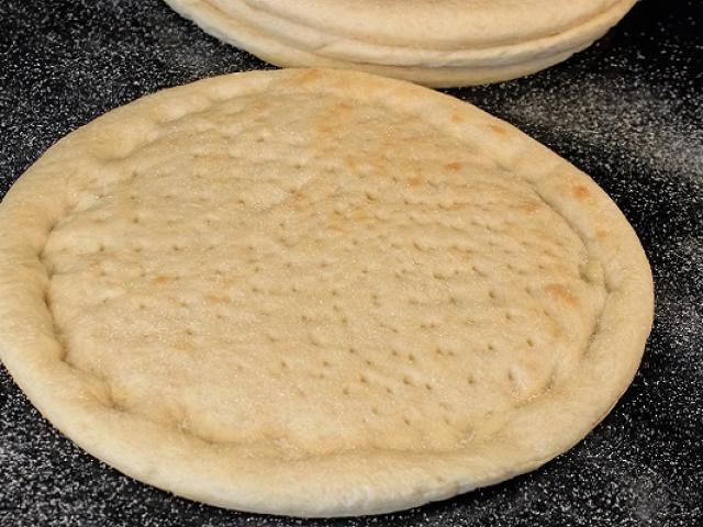Cách làm đế bánh pizza tại nhà ngon giòn xốp như ngoài hàng