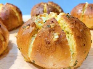 2 cách làm bánh mì bơ tỏi giòn vàng thơm phức