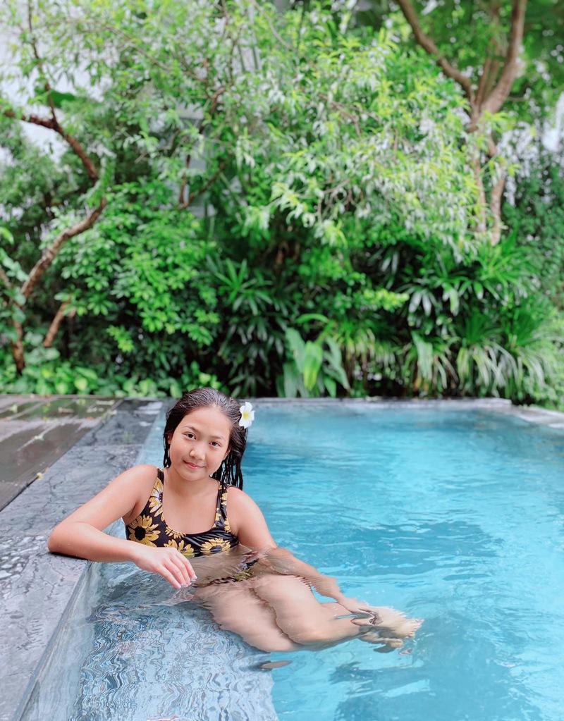 """Mới đây, vợ Mạnh Trường đã chia sẻ bức ảnh con gái đang mặc bikini và ngồi tạo dáng ở hồ bơi. Chính bà mẹ 2 con cũng hoang mang khi """"công chúa"""" của mình lớn quá nhanh: """"Con gái hay em gái mình vậy, Nguyễn Mạnh Trường""""."""