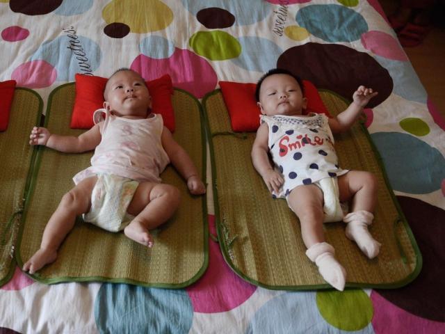 Hai đứa trẻ, một ngủ trưa và một không ngủ, vào tiểu học khác biệt rõ ràng