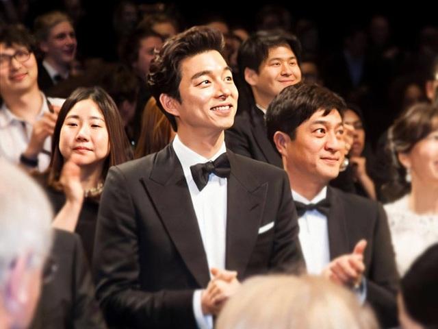 Ngôi sao 24/7: Mỹ nam Hàn như người khổng lồ tại Cannes, phóng viên quốc tế khó dìm