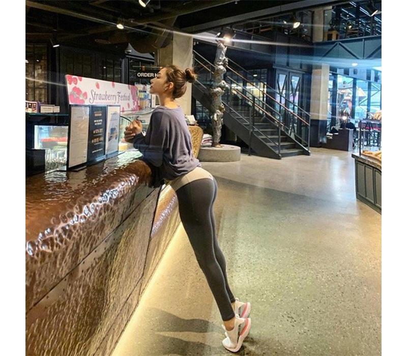 Mới đây, cộng đồng mạng Hàn Quốc như sốt xình xịch khi chứng kiến bức hình chụp trộm một cô gái đang đứng mua cà phê. Điều làm người ta không khỏi mê mẩn chính là vòng 3 quá đỗi hoàn hảo của nữ chính.
