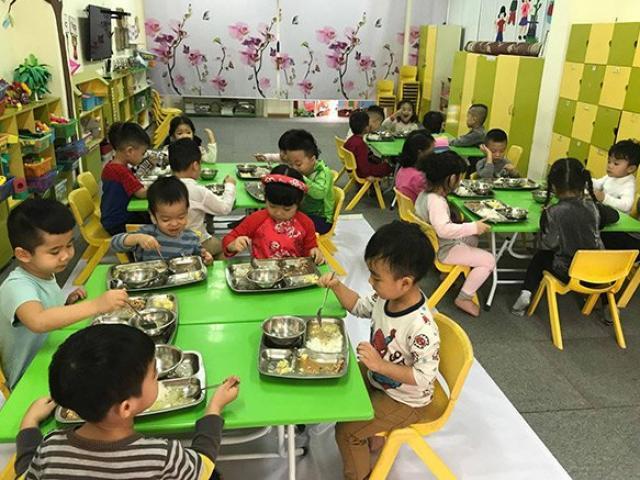 Con lười ăn nhưng đến trường ăn 3 bát, mẹ nhìn ảnh món ăn cô gửi thì chán nản