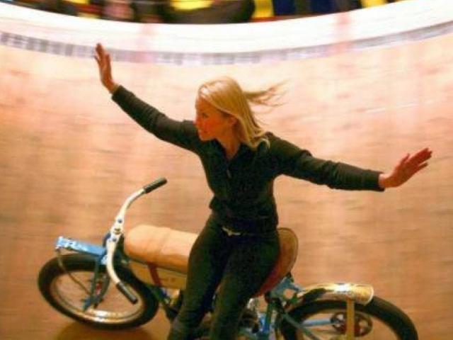 Những màn biểu diễn mạo hiểm của Nữ hoàng xiếc mô tô bay