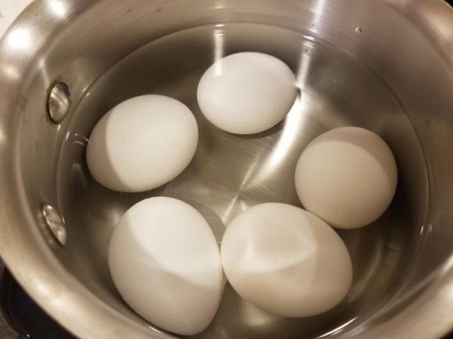 Luộc trứng thêm xíu nguyên liệu này vỏ tự động bong ra chẳng mất nhiều sức
