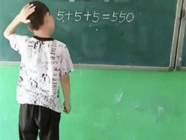 5+5+5550: Cậu bé chỉ dùng một nét này biến sai thành đúng khiến cư dân mạng thán phục