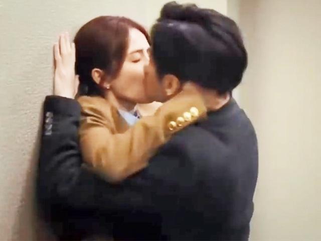 Từ Trung sang Việt, khán giả suýt đau tim vì màn hôn vồ vập của Tiểu Hà Dĩ Thâm