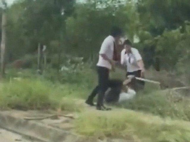 Tranh giành khách tại sân bay, 2 nhóm tài xế taxi đuổi đánh nhau bể đầu