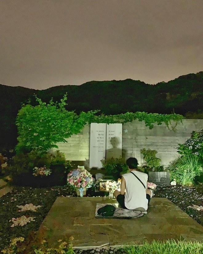 Ngôi sao 24/7: Park Yong Ha qua đời 11 năm, bạn thân So Ji Sub ngồi lặng lẽ viếng mộ - 3